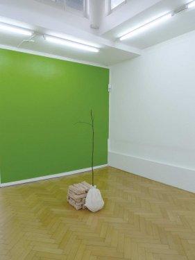 'es war einmal' oder 'Liebling, es wird bald wärmer', 2011, Keramik, Bronze, grüne Wand