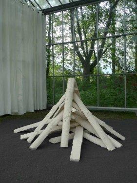'Round Table #6' oder 'Ich bring Dir Licht ins Dunkle', 2013, gebrannter Ton, Schamotte, 80 x 300 x 300 cm
