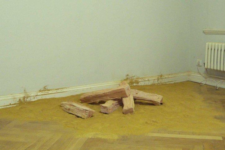 Thomas Judisch 'Schau doch nur' oder 'round table # 4', 2012, gebrannter Ton und Tonpulver